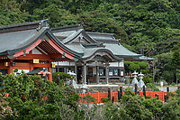 Uno Jingu Shrine, located on the Nichinan Coast south of Miyazaki City, is dedicated to Yamasachihiko, the father of Emperor Jimmu, the mythical first emperor of Japan. This brightly painted shrine is set in a cave on the side of a cliff overlooking the ocean and so enjoys a spectacular view.