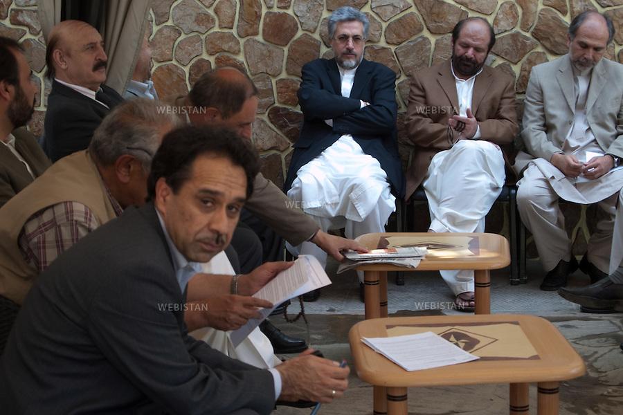 AFGHANISTAN - KABOUL - 25 aout 2009 : Residence du Dr. Abdullah Abdullah, candidat aux elections presidentielles afghanes de 2009. .Reunion de l'elite politique soutenant le Dr. Abdullah Abdullah afin d'elaborer une strategie contre les fraudes electorales. .Ahmed Wali Massoud (au premier plan) et Is-Hagh Guilani (les bras croises dans le fond), ancien proche de Massoud, sont presents. ..AFGHANISTAN - KABUL - August 25th, 2009 : Home of Dr. Abdullah Abdullah, candidate in the 2009 Afghan presidential elections..Political elites supporting Dr. Abdullah Abdullah meet to develop a strategy to counter electoral fraud..Present are Ahmed Wali Massoud (in the foreground), brother of Commander Massoud, and Is-Hagh Guilani (in the center with arms crossed), an old friend of Massoud's.
