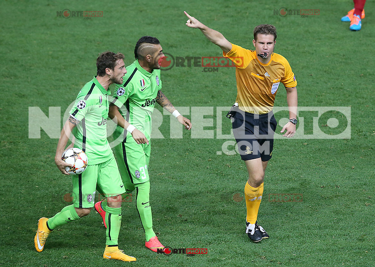 Juventus' Claudio Marchisio (l) and Roberto Pereyra (c) have with the referee Felix Brych during Champions League 2014/2015 match.October 1,2014. (ALTERPHOTOS/Acero)