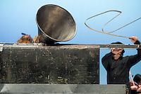 Die Band Einstuerzende Neubauten praesentierte vom 25. bis 27. Dezember 2015 im Berliner Radialsystem ihr Projekt &quot;Lament&quot; (Totenklage).<br /> Die flaemische Stadt Diksmuide beauftrage die Band im Rahmen der 100-jaehrigen Gedenkfeierlichkeiten des Beginns des Ersten Weltkriegs zu den Arbeiten an &quot;Lament&quot;. Die Band versteht &quot;Lament&quot; als eine Dokumentation der Geschichte der Stadt Diksmuide. Das Werk wurde dort am 8. November 2014 uraufgefuehrt.<br /> 26.12.2015, Berlin<br /> Copyright: Christian-Ditsch.de<br /> [Inhaltsveraendernde Manipulation des Fotos nur nach ausdruecklicher Genehmigung des Fotografen. Vereinbarungen ueber Abtretung von Persoenlichkeitsrechten/Model Release der abgebildeten Person/Personen liegen nicht vor. NO MODEL RELEASE! Nur fuer Redaktionelle Zwecke. Don't publish without copyright Christian-Ditsch.de, Veroeffentlichung nur mit Fotografennennung, sowie gegen Honorar, MwSt. und Beleg. Konto: I N G - D i B a, IBAN DE58500105175400192269, BIC INGDDEFFXXX, Kontakt: post@christian-ditsch.de<br /> Bei der Bearbeitung der Dateiinformationen darf die Urheberkennzeichnung in den EXIF- und  IPTC-Daten nicht entfernt werden, diese sind in digitalen Medien nach &sect;95c UrhG rechtlich geschuetzt. Der Urhebervermerk wird gemaess &sect;13 UrhG verlangt.]