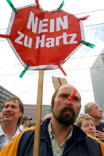 Montagsdemonstration gegen Hartz IV<br /> Etwa 15-20.000 Menschen kamen am 16. August 2004 zur ersten Berliner Montagsdemonstration gegen Hartz IV. Sie forderten die Rueckname der Hartz IV-Gesetze der Rot-Gruenen Bundesregierung. Die Demonstranten zogen vom Alexanderplatz zur SPD-Zentrale. Der genehmigte Abschlusskundgebungsplatz wurde von der Polizei zum Unmut der demonstrierenden verwehrt.<br /> Hier: Demonstrant mit &quot;Nein zu Hartz&quot;-Schild auf dem Alexanderplatz<br /> 16.8.2004, Berlin<br /> Copyright: Christian-Ditsch.de<br /> [Inhaltsveraendernde Manipulation des Fotos nur nach ausdruecklicher Genehmigung des Fotografen. Vereinbarungen ueber Abtretung von Persoenlichkeitsrechten/Model Release der abgebildeten Person/Personen liegen nicht vor. NO MODEL RELEASE! Nur fuer Redaktionelle Zwecke. Don't publish without copyright Christian-Ditsch.de, Veroeffentlichung nur mit Fotografennennung, sowie gegen Honorar, MwSt. und Beleg. Konto: I N G - D i B a, IBAN DE58500105175400192269, BIC INGDDEFFXXX, Kontakt: post@christian-ditsch.de<br /> Bei der Bearbeitung der Dateiinformationen darf die Urheberkennzeichnung in den EXIF- und  IPTC-Daten nicht entfernt werden, diese sind in digitalen Medien nach &sect;95c UrhG rechtlich geschuetzt. Der Urhebervermerk wird gemaess &sect;13 UrhG verlangt.]