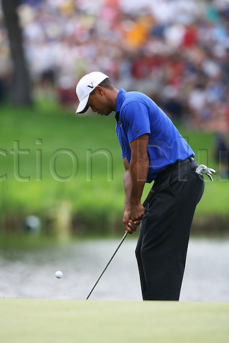 15 August 2009:  Tiger Woods chips onto the green during the third round of the 91st PGA Championship at Hazeltine National Golf Club in Chaska, Minnesota.(Photo: Charles Baus/ActionPlus) UK Licenses Only