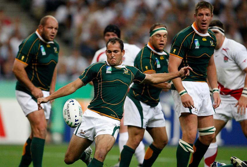 Photo: Richard Lane/Richard Lane Photography..England v South Africa. Pool A, IRB Rugby World Cup, RWC 2007. 14/09/2007. .South Africa's Fourie Du Preez kicks.