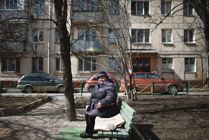 Pensionären Tatjana, 70 years old sits outside her Soviet-era appartment blocks (so called Khrushchevka)  at Presnya district  of Moscow./ Abrisspläne in Moskau 2017 für über 1 Million Menschen, Demolition plans in Moscow for over 1 Million people