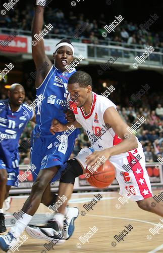 2009-03-14 / Basketbal / Antwerp Diamond Giants - Generali Okapi Aalstar / Brandon Gay van Antwerp Giants stuit op Mo Charlo van Okapi Aalstar..Foto: Maarten Straetemans (SMB)