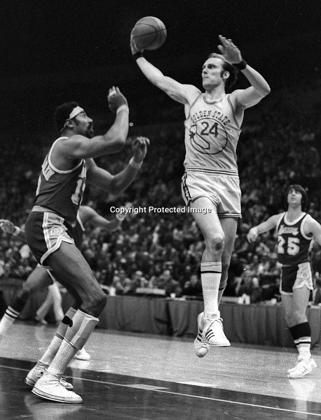 Golden State Wazrrior Rick Barry and Wilt Chamberlain..(1973 photo/Ron Riesterer)