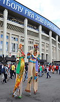 Fans auf dem Weg ins Stadion werden von Stelzenläufern unterhalten - 20.06.2018: Portugal vs. Marokko, Gruppe B, 2. Spieltag, Luschniki Stadion Moskau