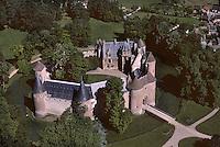 """Europe/France/Centre/18/Cher/Env de Bourges : Château d'Ainay-le-Vieil monument historique de la """"Route Jacques Coeur"""" achevé en 1467 Vue  aérienne [Non destiné à un usage publicitaire - Not intended for an advertising use]"""