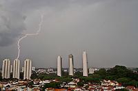 SAO PAULO, SP, 19 DE FEVEREIRO DE 2013, CLIMA TEMPO. Tempo encoberto e raios na cidade de Sao Paulo na regiao do Jardim Marajoara, zona sul, na tarde desta terca feira. FOTO ANDREIA TAKAISHI BRAZIL PHOTO PRESS.