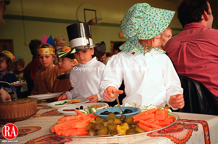 CORNWALL, CT. 11/24/98 -1124GT04.tif- CCS Kindergarten Thanksgiving dinner.  Gale Toensing Staff photo