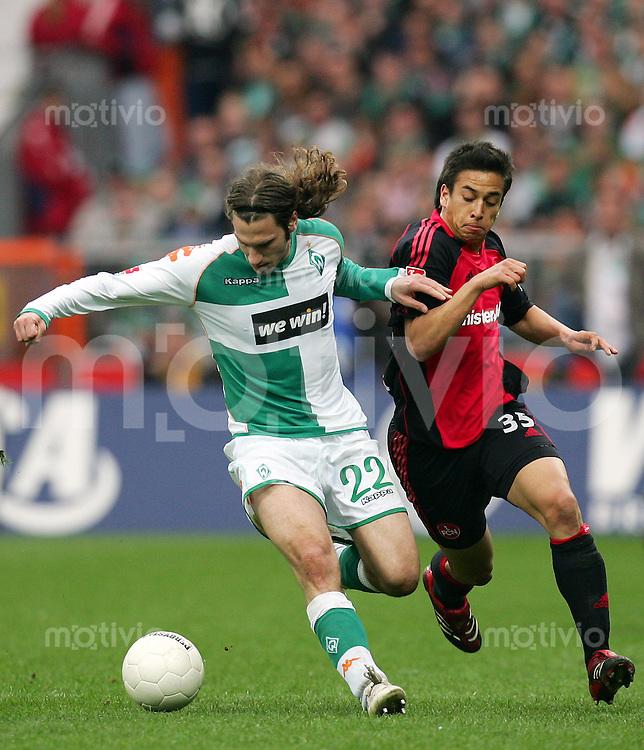 Fussball Bundesliga SV Werder Bremen - 1. FC Nuernberg Torsten FRINGS (SVW, l) gegen Chhunly PAGENBURG (N).