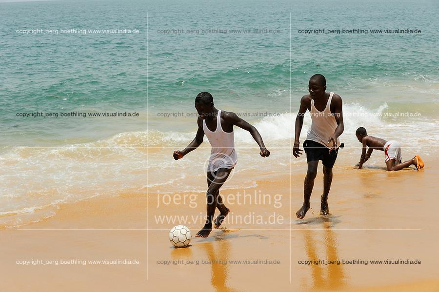SIERRA LEONE Kent, youngster play soccer at the beach / SIERRA LEONE Kent, Jugendliche spielen Fussball am Strand