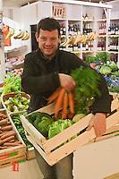 Europe/France/Bretagne/29/Finistère/Brest: Yvon Morvan restaurant: L'Armen fait son marché - sur l'étal des légumes [Non destiné à un usage publicitaire - Not intended for an advertising use]