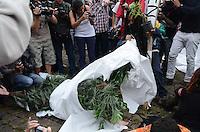 SAO PAULO, 19 DE MAIO DE 2012 - MARCHA DA MACONHA SP - Manifestantes durante ato Marcha da Maconha, que visa outra politica de drogas, no vao livre do masp, avenida paulista, na tarde deste sabado. Manifestante em fantasia de maconha. FOTO: ALEXANDRE MOREIRA - BRAZIL PHOTO PRESS