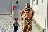 Nach dem Erdbeben im August in der Tuerkei leben tausende Menschen in Zeltlagern und Behilfszelten. Das tuerkische Militaer hat nahe der Ortschaft Asagi Yuvacik Mahallesi das Zeltlager Mehmetzik Kenti fuer ca. 4.500 Menschen errichtet. Hier leben Menschen, deren Haeuser vollstaendig zerstoert wurden.<br /> Hier: Die Lagerschule mit der davor in der Tuerkei obligatorische Atatuerk-Bueste.<br /> 13.10.1999, Asagi Yuvacik Mahallesi/Tuerkei<br /> Copyright: Christian-Ditsch.de<br /> [Inhaltsveraendernde Manipulation des Fotos nur nach ausdruecklicher Genehmigung des Fotografen. Vereinbarungen ueber Abtretung von Persoenlichkeitsrechten/Model Release der abgebildeten Person/Personen liegen nicht vor. NO MODEL RELEASE! Nur fuer Redaktionelle Zwecke. Don't publish without copyright Christian-Ditsch.de, Veroeffentlichung nur mit Fotografennennung, sowie gegen Honorar, MwSt. und Beleg. Konto: I N G - D i B a, IBAN DE58500105175400192269, BIC INGDDEFFXXX, Kontakt: post@christian-ditsch.de<br /> Bei der Bearbeitung der Dateiinformationen darf die Urheberkennzeichnung in den EXIF- und  IPTC-Daten nicht entfernt werden, diese sind in digitalen Medien nach &sect;95c UrhG rechtlich gesch&uuml;tzt. Der Urhebervermerk wird gemaess &sect;13 UrhG verlangt.]