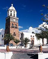 Spanien, Kanarische Inseln, Lanzarote, Lanzarote, Teguise: Plaza de la Constitution, Kirche San Miguel | Spain, Canary Island, Lanzarote, Lanzarote, Teguise: Plaza de la Constitution, church San Miguel