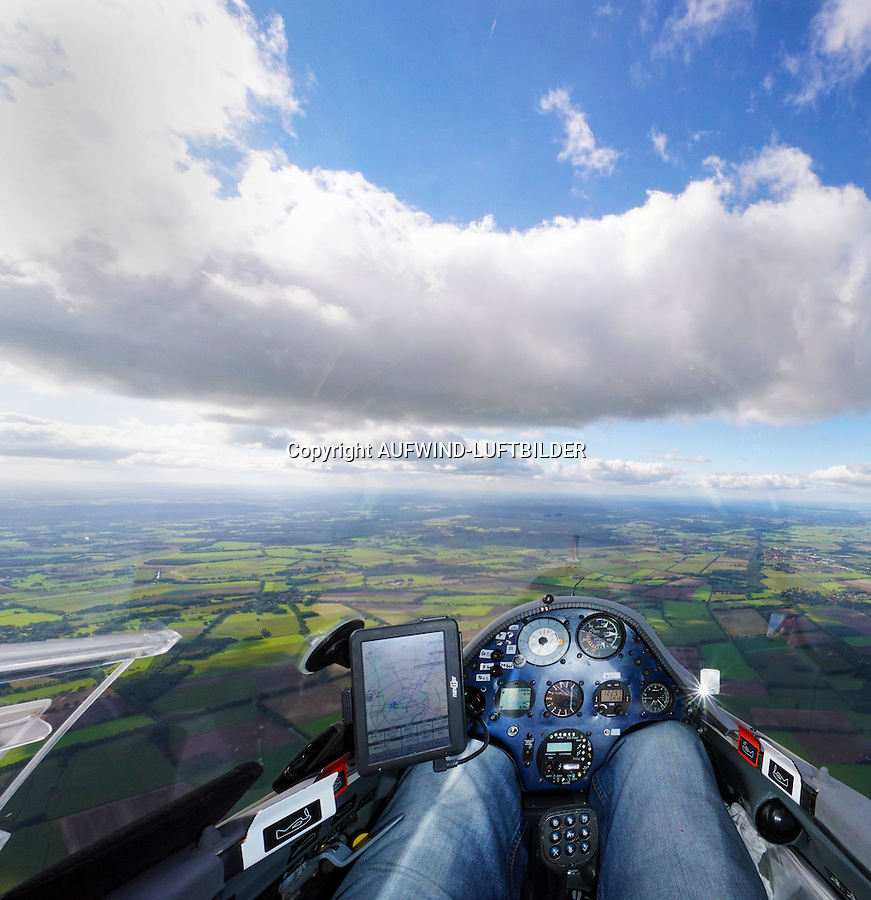 Blick aus einem Cockpit eines Segelflugzeugs: EUROPA, DEUTSCHLAND, MECKLENBURG VORPOMMERN, (EUROPE, GERMANY), 27.09.2015: Blick aus einem Cockpit eines Segelflugzeugs,