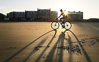Nederland  Scheveningen 2016. Kurhaus Beachride Classic ( Beach Series ). Mountainbike wedstrijd van Scheveningen naar Noordwijk en weer terug. Inrijden voor de wedstrijd.  Foto Berlinda van Dam / Hollandse Hoogte