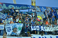 PEREIRA- COLOMBIA – 19-08-2014: Hinchas de Emelec de Ecuador, animan a su equipo durante partido de ida de la primera fase, de la Copa Total Suramericana entre Aguilas Doradas de Colombia y Emelec de Ecuador en el estadio Hernan Ramirez Villegas, de la ciudad de Pereira. / Fans of Emelec of Ecuador, cheer for their team during a match for the first round of the first phase, between Aguilas Doradas of Colombia and Emelec of Ecuador of the Copa Total Suramericana in the Hernan Ramirez Villegas in Pereira city. Photos: VizzorImage / Str.