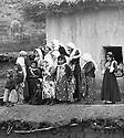 Iraq 2003 .Women and girls on the roof of an house looking at the peshmergas arriving in their village.Irak 1963.Femmes et fillettes sur le toit d'une maison pour assister a l'arrivee des peshmergas dans leur village
