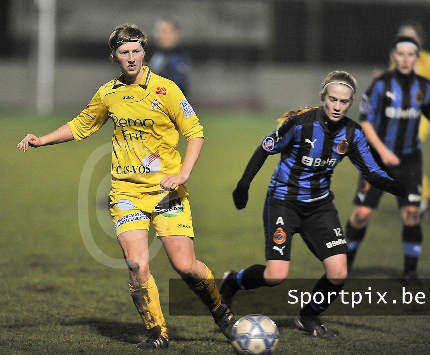 Club Brugge Dames - WB Sinaai Girls : Elke Van Driessche aan de bal voor Silke Demeyere.foto DAVID CATRY / Vrouwenteam.be