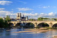 France, Loiret (45), Orléans, la Loire, le pont Georges V et la cathédrale Sainte-Croix // France, Loiret, Orleans, the Loire, the bridge Georges V and Sainte Croix Cathedral