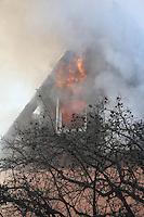 Groß-Gerauer Feuerwehren bekämpfen gemeinsam den Großbrand in Wallerstädten