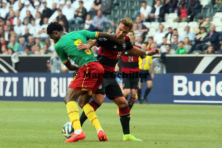 Mario Götze (D) läuft sich an Nicolas N'Koulou (CAM) fest - Deutschland vs. Kamerun, Mönchengladbach