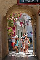 Croatia, Kvarner Gulf, Krk Island, Krk (Town): old town lane | Kroatien, Kvarner Bucht, Krk (zusammen mit Cres die groesste Insel in der Adria), Krk (Hauptort der gleichnamigen Insel: Altstadtgasse in der Fussgaengerzone