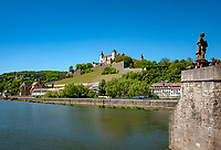 Deutschland, Bayern, Unterfranken, Wuerzburg: die Festung Marienberg oberhalb des Mains das Wahrzeichen der Stadt, Teil der alten Mainbruecke | Germany, Bavaria, Lower Franconia, Wuerzburg: landmark castle Marienberg upon river Main and part of the old Main-bridge