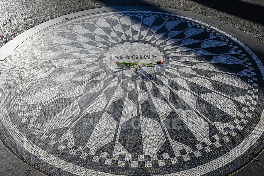 NOVA YORK, EUA, 19.12.2018 - TURISMO-EUA - Vista do memorial Imagine no Central Park em Nova York nos Estados Unidos nesta quarta-feira, 19. O simbolo é uma homenagem ao musico John Lennon. (Foto: William Volcov/Brazil Photo Press)