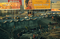 "S?dasien Asien Indien IND Asien Indien Megacity Metropole Mumbai Bombay .Slumhuetten an Wasserleitung und Autobahn in Bandra  - St?dtewachstum H?tten wohnen Notunterkunft Wohnraum Mieten Miete urban Verslumung Slums Migration vom Land Armut Elend Urbanes Leben Slumbewohner Slum Trinkwasser Wasser Obdachlose Obdachlosigkeit Hygiene Stadtplanung Probleme Urbanisierung Immobilien Vertreibung sozial soziale Konflikt Inder indisch xagndaz | .South Asia India Mumbai Bombay .slum huts at highway and water pipe  - Migration poverty misery slums water poor migration from villages living in huts in slum in megacity metropole slum dweller construction housing city growth water health .| [ copyright (c) Joerg Boethling / agenda , Veroeffentlichung nur gegen Honorar und Belegexemplar an / publication only with royalties and copy to:  agenda PG   Rothestr. 66   Germany D-22765 Hamburg   ph. ++49 40 391 907 14   e-mail: boethling@agenda-fototext.de   www.agenda-fototext.de   Bank: Hamburger Sparkasse  BLZ 200 505 50  Kto. 1281 120 178   IBAN: DE96 2005 0550 1281 1201 78   BIC: ""HASPDEHH"" ,  WEITERE MOTIVE ZU DIESEM THEMA SIND VORHANDEN!! MORE PICTURES ON THIS SUBJECT AVAILABLE!! INDIA PHOTO ARCHIVE: http://www.visualindia.net ] [#0,26,121#]"