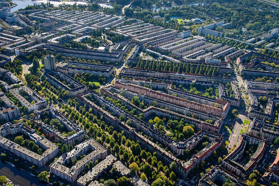 Nederland, Noord-Holland, Amsterdam, 27-09-2015; Amsterdam-Zuid, Rivierenbuurt, onderdeel van Plan-Zuid van H.P. Berlage. Links Victorieplein met Twaalfverdiepingenhuis (Wolkenkrabber) van architect  J.F. Staal. Diagonaal onder in beeld de Churchill-laan, doorsneden door de Waalstraat (links) en de Maasstraat (rechts). Iets boven het midden Rooseveltlaan, de Amstel geheel boven.<br /> Rivierenbuurt, neighbourhood in the south of Amsterdam, part of the Plan Zuid urban expansion programme designed by architect Berlage.  Amsterdam School style architecture. <br /> <br /> luchtfoto (toeslag op standard tarieven);<br /> aerial photo (additional fee required);<br /> copyright foto/photo Siebe Swart