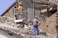 - terremoto in Emilia, messa in sicurezza del tetto di un fabbricato agricolo nei pressi di Mirandola....- Emilia earthquake, safety of the roof of a farm building near Mirandola