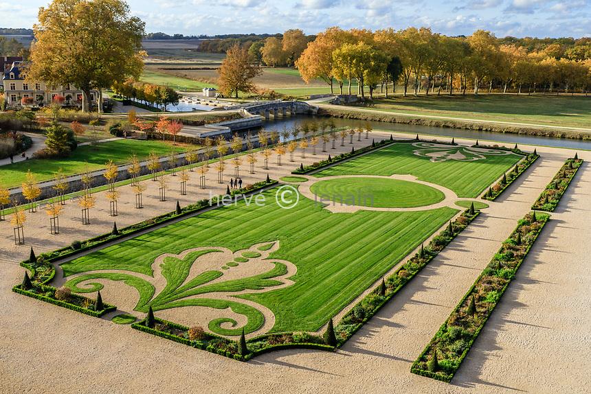 France, Loire-et-Cher (41), Chambord, château de Chambord, le jardin à la française vu depuis la terrasse