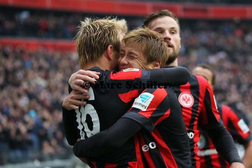 Stefan Aigner (Eintracht) erzielt das 3:0 und jubelt mit Takashi Inui - Eintracht Frankfurt vs. SC Paderborn 07, Commerzbank Arena