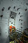 TERNEUZEN - Diep onder de Westerschelde brengen Duitse bouwvakkers de laatste vrieslansen aan in de betonnen tunnelringen van de langst geboorde verkeerstunnel van Nederland, de 6,7 km lange Westerscheldetunnel die Terneuzen met Ellewoutsdijk op Zuid-Beveland gaat verbinden.  De 25 lanzen moeten de grond rondom de stalen deur gaan bevriezen zodat de tunnel na het openen van die deur niet onder water loopt, en men zich zonder gevaar naar de naast gelegen tunnelbuis kan graven. De bijna zeven kilometer lange tunnelbuizen krijgen op die manier 26 dwarsverbindingen met elkaar, zodat men bij gevaar naar de andere kant kan vluchten. De aanleg kost ca. 1,6 miljard gulden. COPYRIGHT TON BORSBOOM