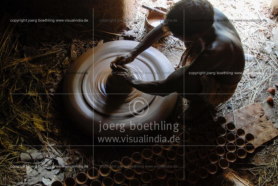 INDIA, Jharkhand, Sarwan, village Bhatkundi, potter makes one-way tea cups from clay, which are used for chai / INDIEN Jharkand , Sarwan, Dorf Bhatkundi, Toepfer stellt Einweg Teetassen aus Ton her