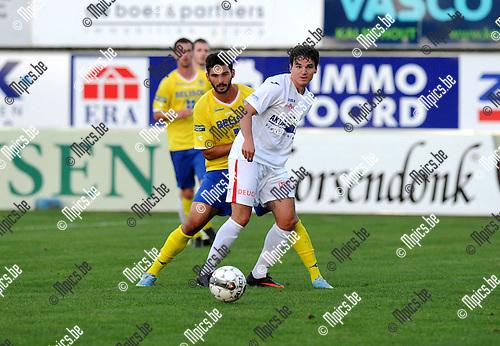 2013-08-31 / Voetbal / seizoen 2013 / Hoogstraten - STVV / Nick Van Huffel (Hoogstraten) met Na&iuml;m Aarab in de rug<br /><br />Foto: Mpics.be