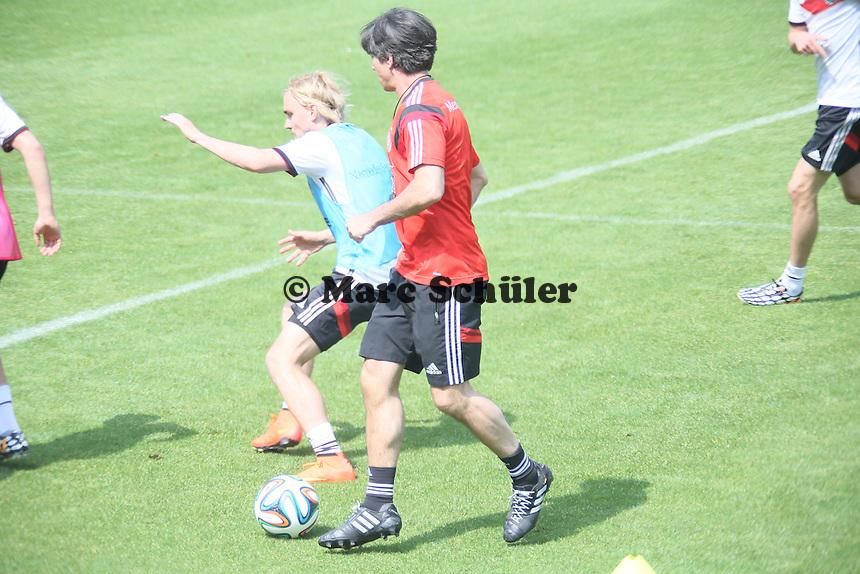 Bundestrainer Joachim Löw am Ball - Trainingslager der Deutschen Nationalmannschaft zur WM-Vorbereitung in St. Martin