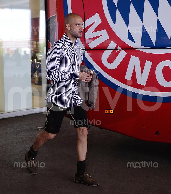 FUSSBALL   1. BUNDESLIGA   SAISON 2013/2014  34. SPIELTAG FC Bayern Muenchen            10.05.2014 Deutscher Meister 2012/2013 FC Bayern Muenchen Trainer Pep Guardiola auf dem Weg zur Meisterfeier in bayerischer Tracht