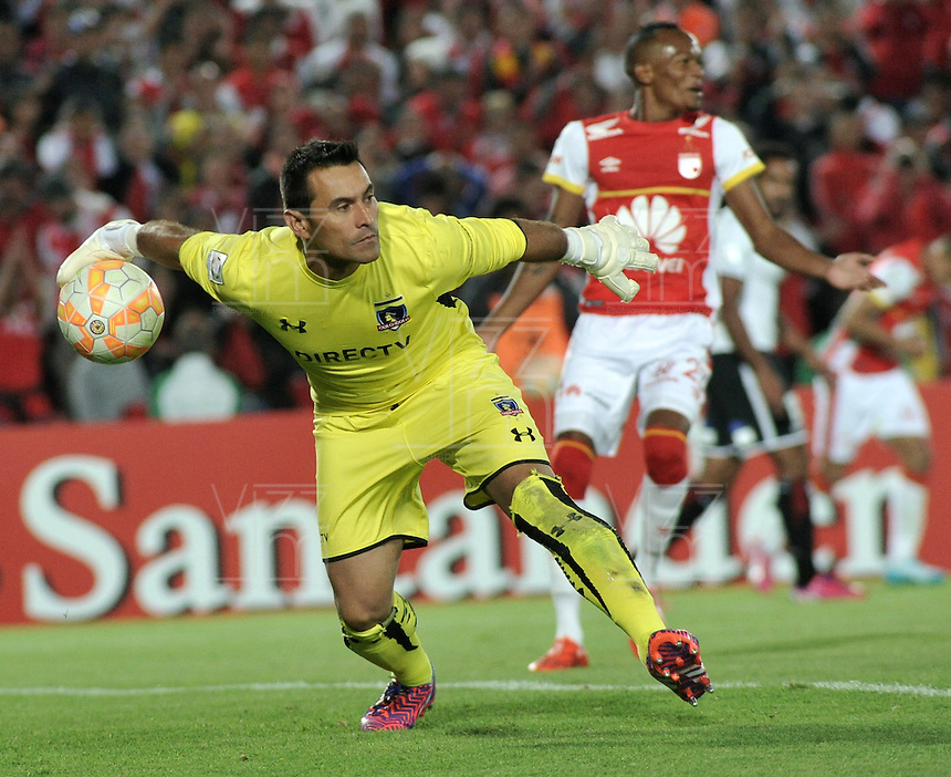 BOGOTA- COLOMBIA – 26-02-2015: Justo Villar, portero del Colo Colo de Chile, en acción durante partido entre Independiente Santa Fe de Colombia y Colo Colo de Chile, por la segunda fase, grupo 1, de la Copa Bridgestone Libertadores en el estadio Nemesio Camacho El Campin, de la ciudad de Bogota. / Justo Villar, goalkeeper of Colo Colo of Chile,in action during a match between Independiente Santa Fe of Colombia and Colo Colo of Chile for the second phase, group 1, of the Copa Bridgestone Libertadores in the Nemesio Camacho El Campin in Bogota city. Photo: VizzorImage / Luis Ramirez / Staff.