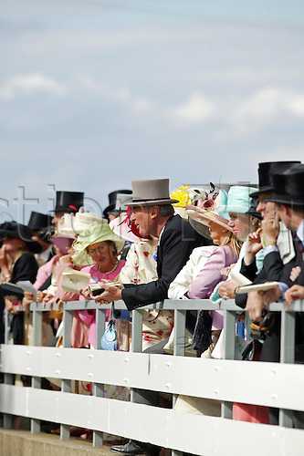 18 June 2004: Racegoers surround the winner's enclosure at Royal Ascot. Photo: Steve Bardens/Action Plus...040618 horse racing crowd crowds