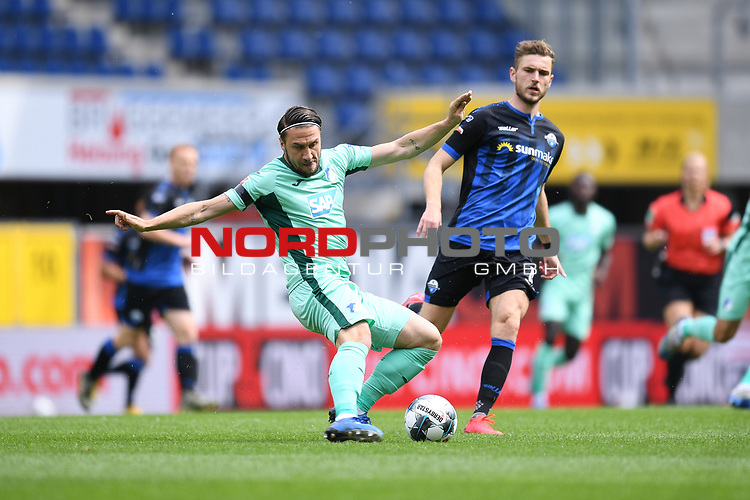 Ermin Bicakcic (Hoffenheim, l.) gegen Dennis Srbeny (SC Paderborn, r.).<br /><br />Sport: nph000251 Fussball: 1. Bundesliga: Saison 19/20: 27. Spieltag: SC Paderborn - TSG 1899 Hoffenheim, 23.05.2020<br /><br />Foto: Edith Geuppert/GES /Pool / Rauch / nordphoto <br /><br />DFL regulations prohibit any use of photographs as image sequences and/or quasi-video.<br /><br />Editorial use only!<br /><br />National and international news-agencies out.