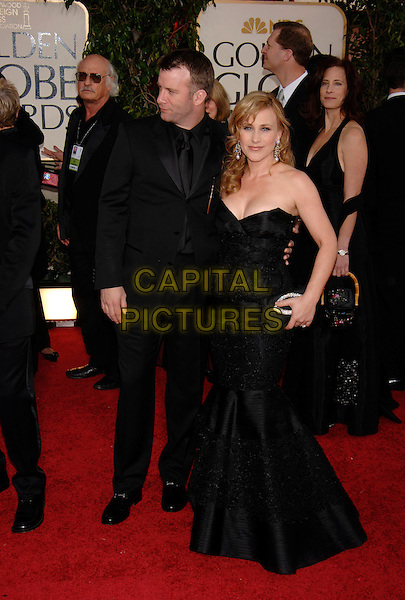 THOMAS JANE & PATRICIA ARQUETTE.HFPA 63rd Golden Globe Awards at The Beverly Hills Hilton, Beverly Hills, California, USA..January 17th, 2006.Ref: PL.globes full length black dress suit strapless clutch purse.www.capitalpictures.com.sales@capitalpictures.com.©Phil Loftus/Capital Pictures