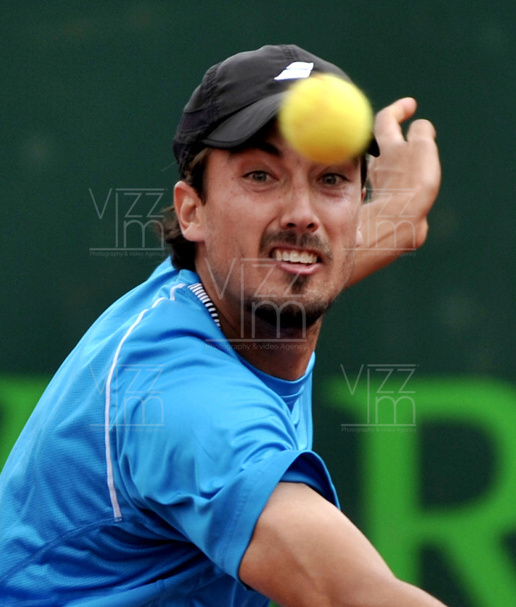 BOGOTA - COLOMBIA -06 -11-2013: Martin Alund, tenista de Argentina  devuelve la bola a Horacio Zeballos, tenista de Argentina, durante partido de la primera ronda del Seguros Bolivar Open en el Club Campestre el Rancho de la ciudad de Bogota. / Martin Alund, Argentina tennis player returns the ball to Diego Horacio Zeballos Argentina tennis player during a match for the first round of the Seguros Bolivar Open in the Club Campestre El Rancho in Bogota city.Photo: VizzorImage  / Luis Ramirez / Staff.