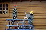 Foto: VidiPhoto..BERGEN - In het Noorse Bergen is de restauratie van de Bryggen -de handelshuizen uit de 13e eeuw- een constant proces. De kleurrijk geschilderde Hanzehuizen, gebouwd door Duitse kooplieden, zijn de grootste toeristische trekpleister van de op één na grootste stad van Noorwegen. De tientallen houten huizen in de wijk zijn vooral in gebruik bij kunstenaars en winkeliers. Met name een drietal aannemers houdt zich op dit moment bezig met onderhoud en restauratie van de panden. De gemeente Bergen houdt dat nauwlettend in de gaten. Het gebied is opgenomen op de Werelderfgoedlijst van UNESCO. Foto: Met stalen wordt de juiste kleur uitgezocht om de huizen opnieuw in dezelfde kleur te kunnen schilderen.