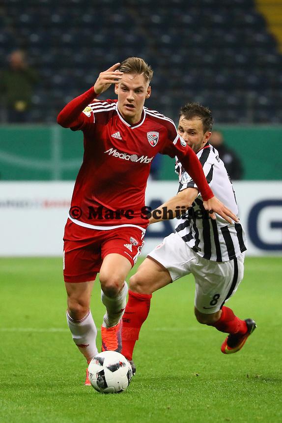Max Christiansen (FC Ingolstadt 04) gegen Szabolcs Huszti (Eintracht Frankfurt) - 25.10.2016: Eintracht Frankfurt vs. FC Ingolstadt 04, 2. Hauptrunde DFB-Pokal, Commerzbank Arena
