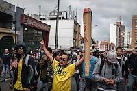 BOGOTA- COLOMBIA-07-05-2016. Cientos de personas se congregaron en la ciudad de Bogotá, olombia, hoy, mayo 7 de 2016, para celebrar el día mundial de la marihuana. / Hundred of people gathered in Bogotá, Colombia, today, May 7 2016, to celkebrate the World Day of Marijuana. Photo: VizzorImage/ Ivan Valencia /CONT