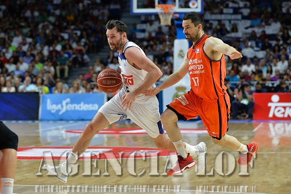 MADRID, ESPAÑA - 11 DE JUNIO DE 2017: Rudy Fernandez conduce el balón ante R.Martinez durante el partido entre Real Madrid y Valencia Basket, correspondiente al segundo encuentro de playoff de la final de la Liga Endesa, disputado en el WiZink Center de Madrid. (Foto: Mateo Villalba-Agencia LOF)